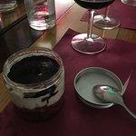 Divino, bavarese al mascarpone, pere sciroppate con pani di spagna e riduzione di Montepulciano