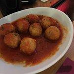 Pallotte cacio e ove, gustose polpette di pane, uovo e formaggio in salsa di pomodoro