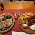 Μια παραλλαγή φρικασέ με χοιρινό και λουκάνικο με πατάτες.