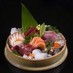 Sashimi de salmão, atum, robalo, olhete, vieiras, ovas de capelin e ovas de salmão em camada de