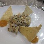 Tartare de noix de St Jacques, vinaigrette passion, croustillant citron vert