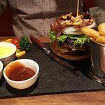 der Burger (den Deckel habe ich für das Foto mal kurz entfernt