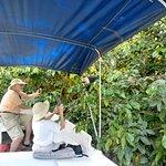Mis clientes felices con un mono capuchino en nuestro tour pudes tomar tus fotos muy serca de los monos