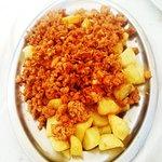 patatas bravas con carne picada picante. un buen plato.