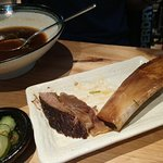 吃完的牛肉麵, 是整塊帶大骨的原塊牛肉燉爛. 很特別, 但要價不菲.