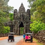 Priavate Amazing Sunrise with Small Angkor Complex Guided Tour