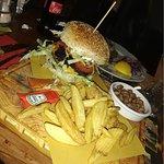 Gli hamburgher sono accompagnati con patatine e fagioli.
