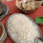 Arroz basmátic blanco y tandoori kulcha; ricos