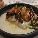 Filet de merlu de ligne du Pays Basque, petits légumes grillés, sauce au gingembre confit