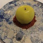 Pomme craquante, mousse légère à la vanille et fruits de la passion, compotée acidulée.