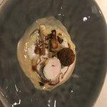 Ribelmaispoularden-Variation mit Kerbel, Ravioli, Praline und gefüllter Pouletbrust
