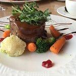 Томленая баранина с овощным миксом, соусом Розмарин и дикой брусникой