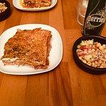 Lasagnes au boeuf moelleuses et parfumées. Accompagnement bien assaisonné pour la salade de quin