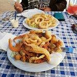 Fritura y calamares todo delicioso.