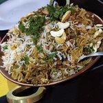 Jhinga Biryani (acho que é esse). Vai na fé, qualquer prato desses de arroz vai ser delicioso!