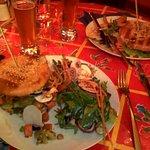 végé burger aux crudités (et en image de fond, le burger poulet de mon homme :-)