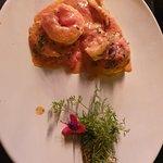 Sorrentini recheado convite e damascos e molho rosado com camarões