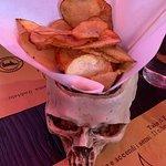 Rock Burger - patatine Groopies (artigianali a rondelle, servite in un teschio, un po' unte e co