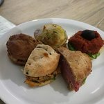 Spinazie quiche, olijvenbrood met een tapenade van zongedroogde tomaten, wit brood met pikante t