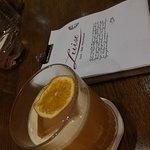 Ein Amaretto-Sour & die stylische Cocktailkarte