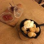 Ξανθοί λουκουμάδες συνοδευόμενοι από παγωτό και σπιτικό γλυκό