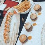 Mini hamburguesitas y makis de salmón