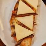 Tosta de anchoas con queso y tomate.