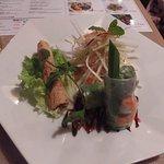 前菜。パパイヤサラダと春巻き2種。