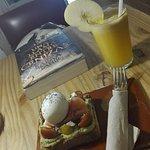 Tostada Ava 5,5 euros (pan con crema de aguacate, queso feta y tomates cherris) + extra de huevo
