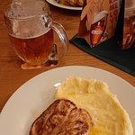 куриная грудка с картофельным пюре, к блюду подается огуречный салат