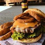 Hamburguesa con carne envuelta en tocinera y papitas en casco!! exageradamente deliciosa