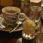 Koffie wordt geserveerd met een likeurtje