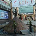 近鉄奈良駅東改札出てすぐの場所にある噴水です。
