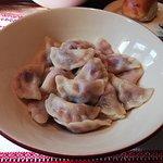 По меню: вареники с вишней и вишневым соусом. Соуса, как видите, нет и в помине.