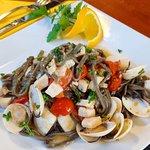 Sepia-Tagliolini mit Venusmuscheln und Kirschtomaten