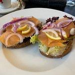 údený losos sendvič (sandwich de salmão defumado)