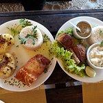 Bacalhau frito com batatas ao murro e salmão como molho de alcaparras e purê de aipim