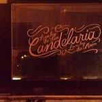 Letrero en la fachada de entrada falsa del Candelaria.