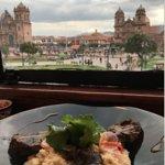 Mi plato de Alpaca a la parrilla, y de fondo la linda vista a la Plaza de Armas de la ciudad de