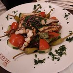 Salat mit gebratenen Geflügelstreifen
