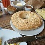 Sesam-Bagel mit Eierspeise