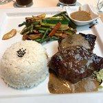 Menu du jour: Bœuf sauce poivre noir, légumes du jour et son ruz Japonais.