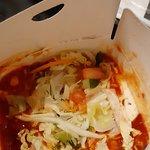 Tak wyglądał box - pod sałatką 2 cm mięsa (dosłownie 5-6 pasków), potem do dna frytki - nieapety