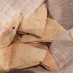 El pan que venía con el hummus. No comentaré la miseria de cantidad sino la calidad, un insulto