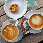 Ein Cappuccino mit Kuhmilch und eine vegane Version.