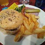 La hamburguesa la sirven con patatas y ensaldada.