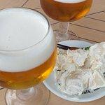 Esos copones de cerveza que se echaban tanto de menos, con su tapita de patatas ali-oli