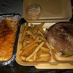 Burger mit Fries & Burito