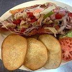 Chillo frito relleno de mariscos, acompañado de arepas con sabor a coco.