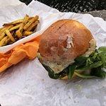 """Burger """"Douce France"""" (11,80€) avec frites belges (3,20€), à emporter."""